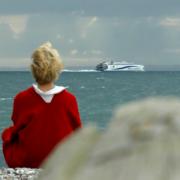 Birgit Lynge ved strand på Helgenæs