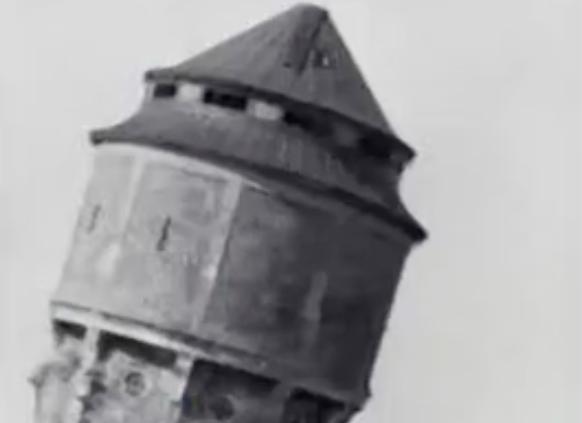Vejlby ved Århus. Tårn styrter omkuld.